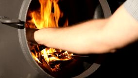 La madera del fuego quema en una chimenea almacen de video