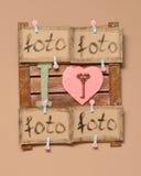 La madera del marco de la foto en la pared con la tarjeta de los pájaros y de las tarjetas del día de San Valentín fotos de archivo libres de regalías