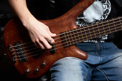 La madera del marrón de la guitarra baja Fotos de archivo