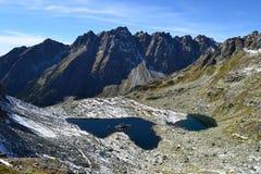 La madera del parque del verde del cielo azul de la naturaleza de la montaña se nubla el reflejo del lago agradable Foto de archivo