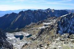 La madera del parque del verde del cielo azul de la naturaleza de la montaña se nubla el reflejo del lago agradable Imagenes de archivo