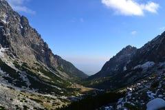 La madera del verde de la naturaleza de la montaña se nubla reflejo del lago Imágenes de archivo libres de regalías