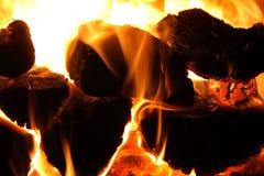 La madera que brilla intensamente registra una chimenea foto de archivo