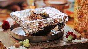 La madera quema en el cuenco en la tabla durante ceremonia hindú de la pre-boda metrajes