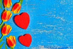 La madera roja del corazón miente en un viejo tablero de madera con la pintura azul agrietada, vintage Fotografía de archivo