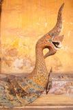 La madera tallada rey de la serpiente Imagenes de archivo