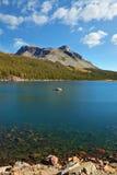 La madera y la montaña en el lago Imagen de archivo libre de regalías