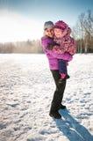 La madre abbraccia la figlia Immagini Stock