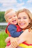 La madre abraza al niño fotos de archivo