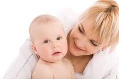 La madre abraza a su bebé fotos de archivo