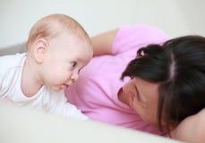 La madre adora a su bebé lindo Imagen de archivo