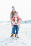 La madre aiuta la figlia ad imparare immagini stock libere da diritti