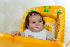 La madre alimenta il bambino Immagini Stock