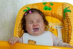 La madre alimenta il bambino Immagini Stock Libere da Diritti