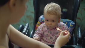 La madre alimenta il bambino con porridge video d archivio