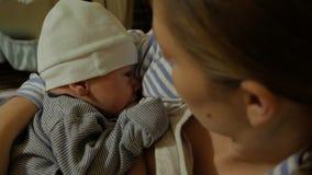 La madre allatta al seno neonato lui cade addormentato archivi video