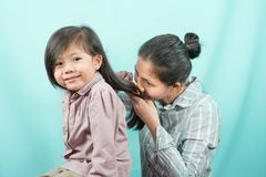 La madre asiática olió mi pelo del ` s de la hija Foto de archivo libre de regalías