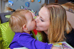 La madre besa a su bebé Fotos de archivo