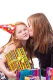 la madre besa a su hija en su cumpleaños Foto de archivo