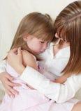 La madre calma la figlia gridante Fotografia Stock