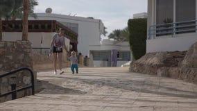 La madre cammina con suo figlio al rallentatore stock footage