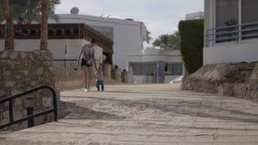 La madre cammina con suo figlio al rallentatore archivi video