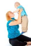 La madre celebra a un niño imagen de archivo libre de regalías