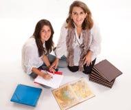 La madre che aiuta la sua figlia prepara un esame Fotografia Stock