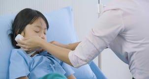 La madre ciao sua figlia sul letto in ospedale stock footage