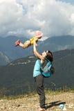 La madre coge a la hija en sus brazos Concepto de una familia feliz Día de verano caliente Imágenes de archivo libres de regalías