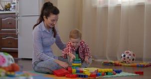 La madre coloreada constructiva de la pirámide está enseñando al niño a aprender diversos colores almacen de video