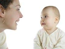 La madre con el bebé se sienta Imagenes de archivo