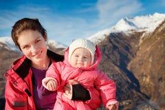 La madre con el bebé en deporte outwear Fotografía de archivo libre de regalías