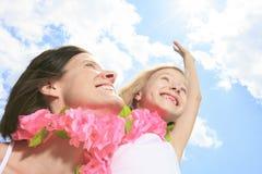 La madre con es hija que tiene un collar rosado Imagen de archivo