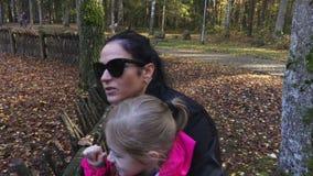 La madre con la figlia gode del giorno di autunno archivi video