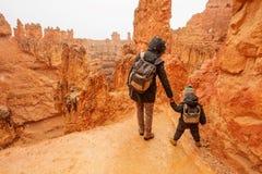 La madre con il figlio sta facendo un'escursione nel parco nazionale del canyon di Bryce, Utah, U.S.A. immagine stock libera da diritti