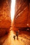 La madre con il figlio sta facendo un'escursione nel parco nazionale del canyon di Bryce, Utah, U.S.A. immagine stock