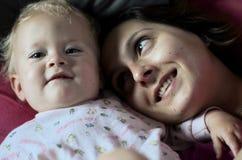 La madre con la admiración mira a su bebé Foto de archivo libre de regalías