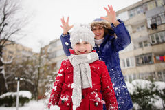 La madre con la figlia allegramente passa il tempo nel giorno di inverno Fotografia Stock