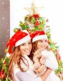 La madre con la figlia celebra il Natale Fotografie Stock Libere da Diritti