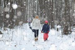 La madre con la hija camina en parque del invierno imagen de archivo libre de regalías