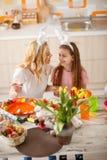 La madre con la hija prepara los huevos de Pascua Fotos de archivo libres de regalías