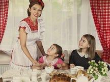 La madre con le sue due figlie ha prima colazione Fotografia Stock Libera da Diritti