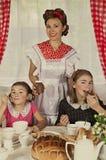 La madre con sua figlia ha prima colazione Fotografia Stock Libera da Diritti