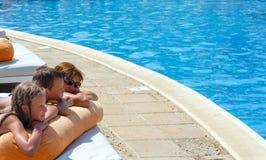 La madre con sus niños acerca a la piscina Fotos de archivo libres de regalías