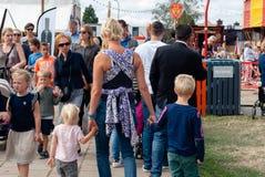 La madre con tre piccoli childeren ad un festival fotografia stock libera da diritti