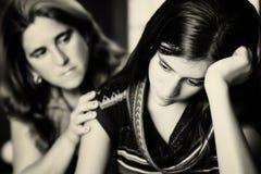 La madre conforta a su hija adolescente Imagenes de archivo