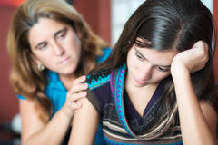 La madre conforta sua figlia teenager Fotografia Stock Libera da Diritti