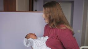 La madre culla la ragazza di neonato video d archivio