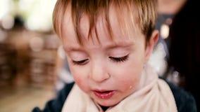 La madre dà gli alimenti per bambini da un bianco del movimento lento del cucchiaio del bambino stock footage